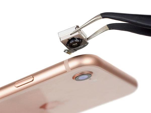 Мастер-меняет-стекло-камеры-iPhone-8