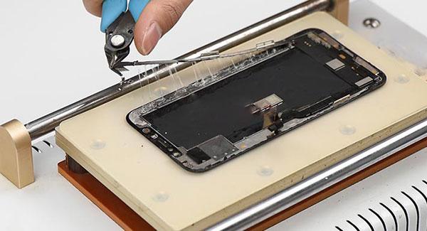 Как-меняют-экран-айфон-XS-Max