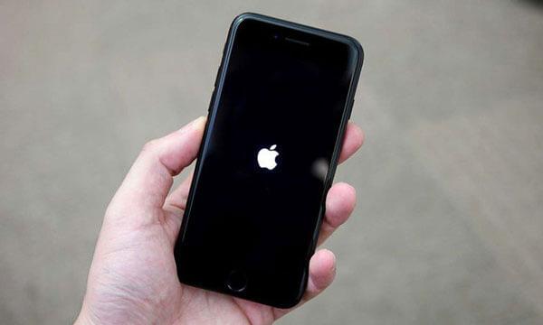 на айфоне горит яблоко